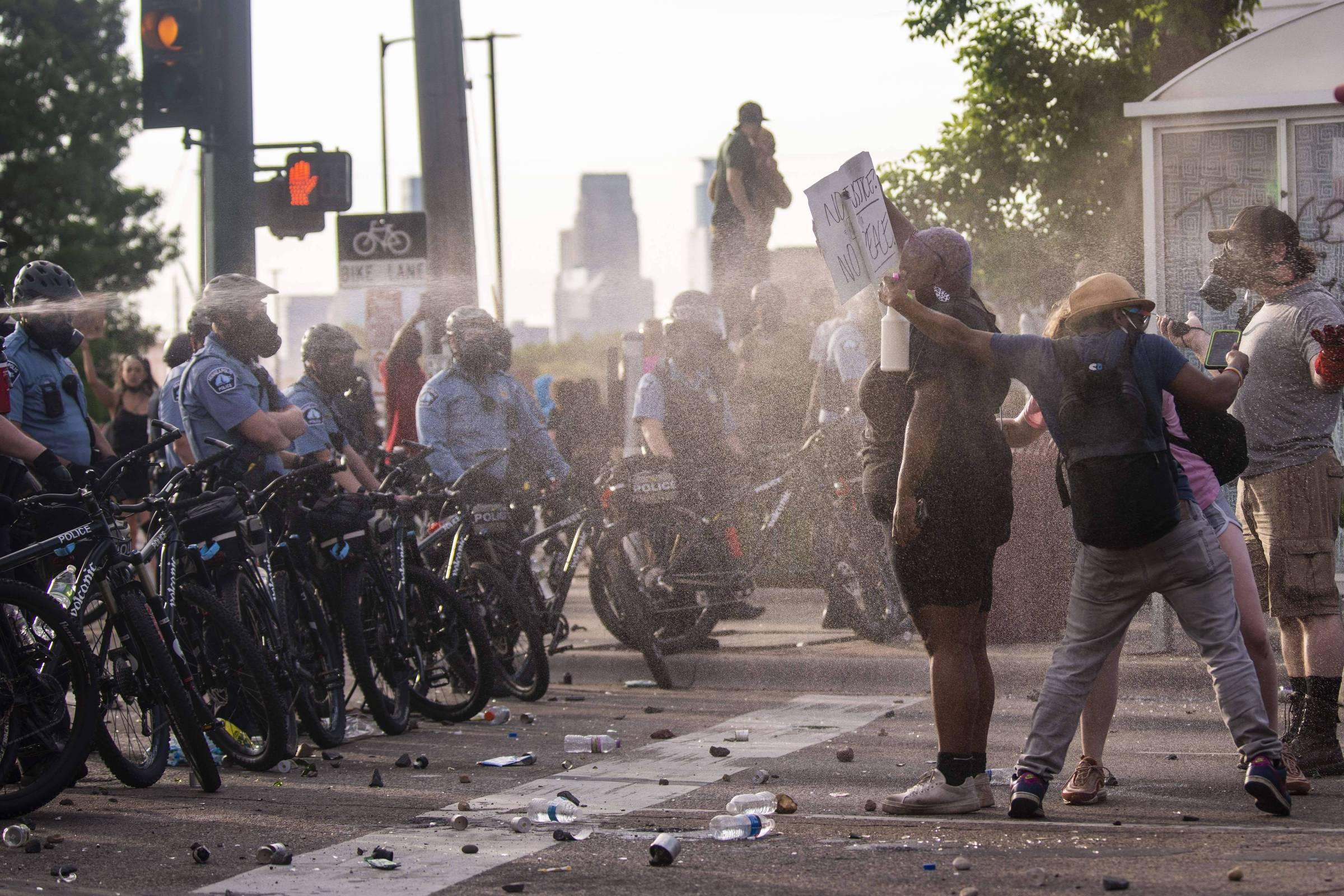 Manifestantes protestam pelo 2º dia contra morte de homem negro por policial nos EUA