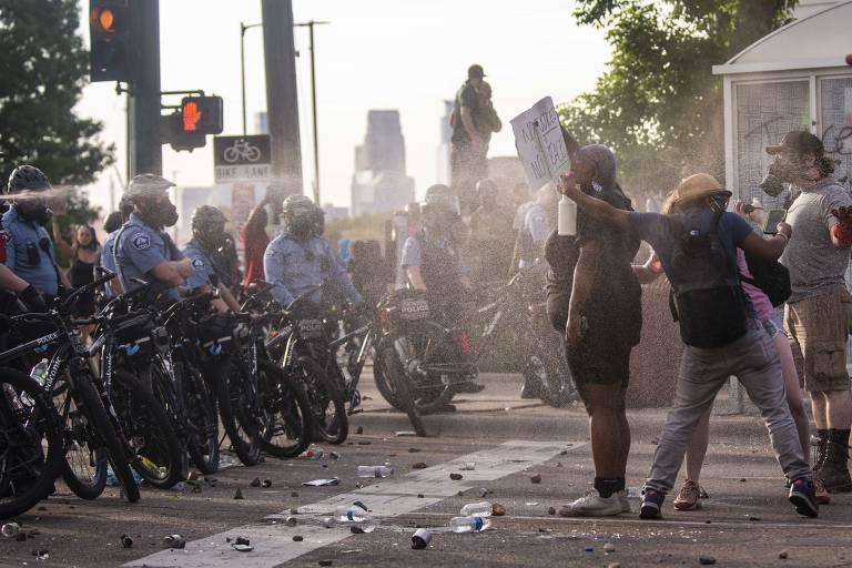 Manifestantes protestam contra morte de George Floyd em Minneapolis
