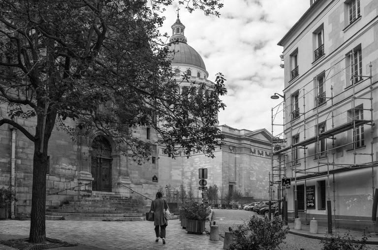 Ruas vazias em Paris, na pandemia e no passado