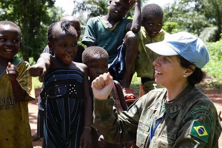 A brasileira Carla Monteiro de Castro Araújo fala com crianças na República Centro-Africana durante sua atuação na missão de paz da ONU no país