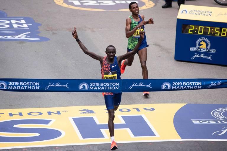 O queniano Lawrence Cherono cruza a linha de chegada para vencer a Maratona de Boston de 2019