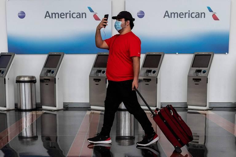 Passageiro em frente a guichê de check-in da American Airlines em aeroporto nos Estados Unidos