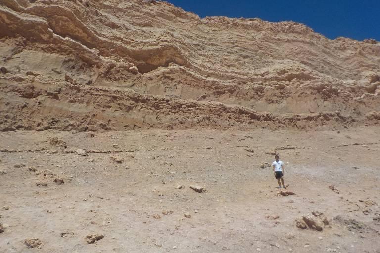Jovem brasileiro visita o Valle de la Luna, no Chile