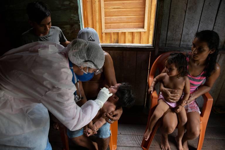 Funcionários do governo visitam comunidades ribeirinhas do município de Melgaço (PA), no sudoeste da Ilha do Marajó, para aplicar testes do novo coronavírus