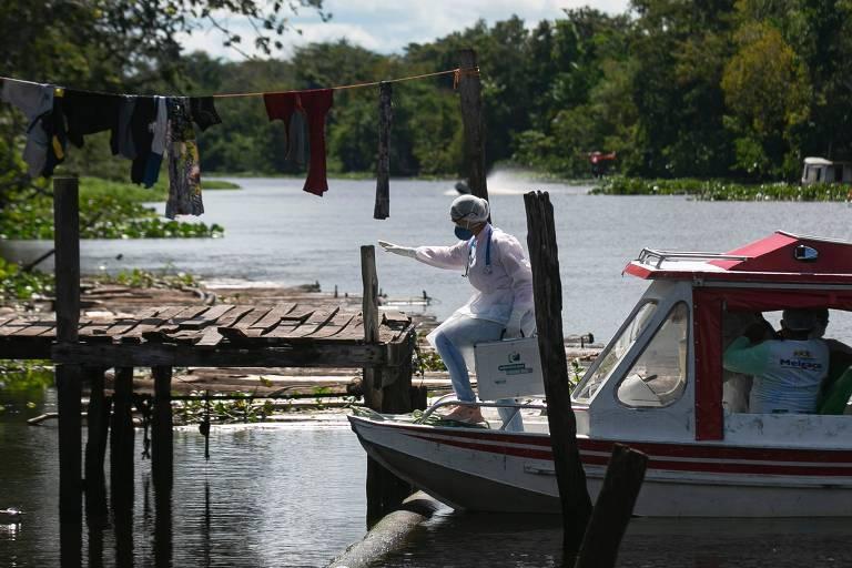 Funcionários visitam comunidade ribeirinha na cidade de Melgaço (PA) para examinar e testar moradores para o novo coronavírus