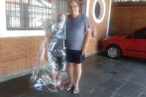 SAO JOSE DOS CAMPOS, SP - 20/05/2020 - Coronavirus. A aposentada Ivone Aniceto, 65, de São José dos Campos (SP), criou três