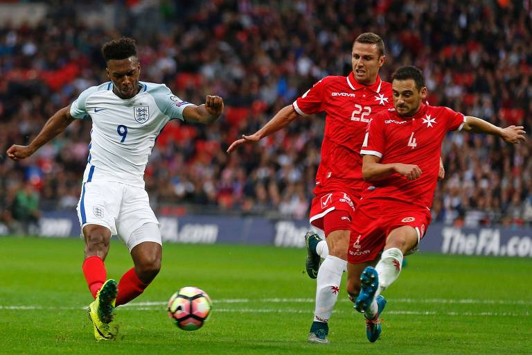 Jogadores de Malta tentam bloquear chute de jogador inglês