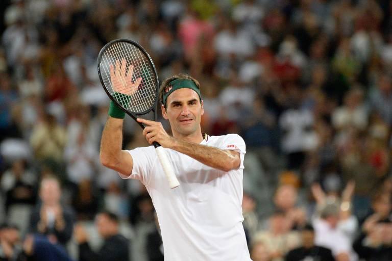 Em quadra, Federer aplaude usando sua raquete