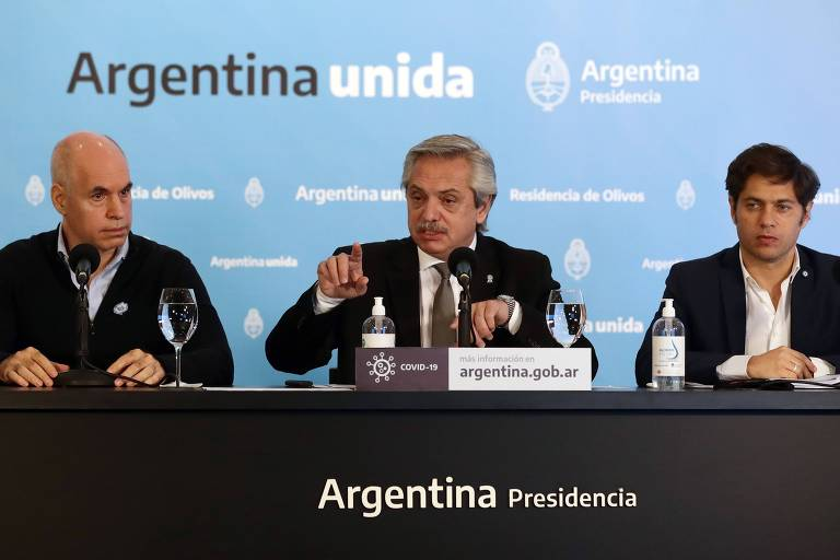 O presidente da Argentina, Alberto Fernández, ao lado do chefe de governo da cidade de Buenos Aires, Horacio Rodriguez Larreta, à esq., e o governador da Província de Buenos Aires, Axel Kicillof, durante entrevista coletiva