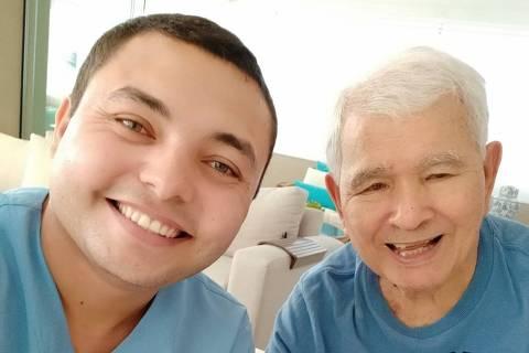 O cuidador Lázaro Melo com o assistido Luiz Gonzaga