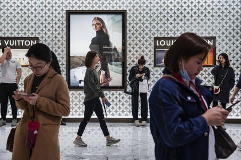 Pequim, China. 12/04/2019. DESIGUALDADE GLOBAL. Movimento de consumidores em frente a uma loja da Louis Vuitton em um shopping center em Pequim. ( Foto: Lalo de Almeida/ Folhapress )***EXCLUSIVO FOLHA***