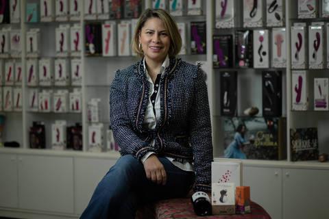 SÃO PAULO, SP, BRASIL, 27-05-2020: Retrato da empresária no ramo de sex shop Maisa Pacheco (46), que vai oferecer kits para o Dia dos Namorados. (Foto: Bruno Santos/ Folhapress) *** FSP-ESPECIAIS *** EXCLUSIVO FOLHA***