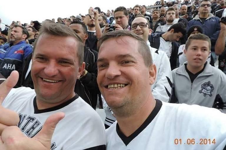 Os irmãos gêmeos Diogo Carmona Makswimcuzuk e Sawa Carmona Makswimcuzuk em jogo do Corinthians em 2014