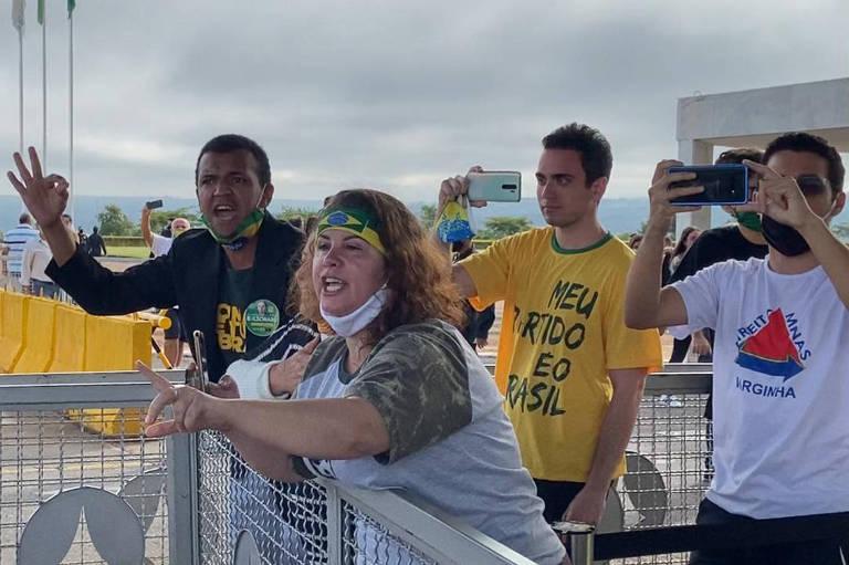 Sem máscara, apoiadores do presidente Bolsonaro hostilizam jornalistas na entrada do Palácio da Alvorada
