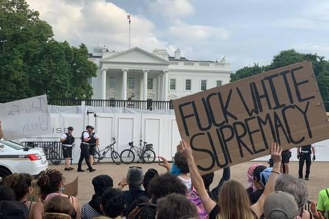 Manifestantes protestam em Washington contra a ação policial que matou George Floyd