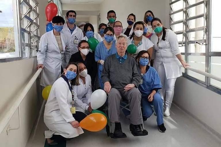 Frei franciscano Odorico Decker, de 91 anos, é festejado pelos profissionais de saúde do Hospital São Francisco, em Bragança Paulista (SP), ao receber alta após um mês internado