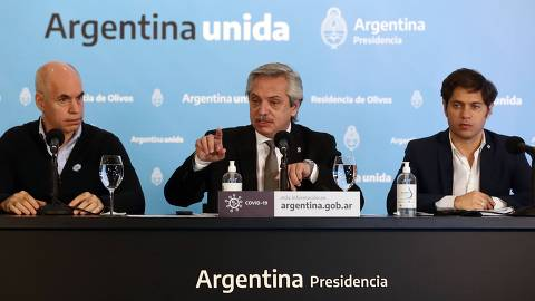 Argentine President Alberto Fernandez (C), flanked by the Head of Government of the Autonomous City of Buenos Aires, Horacio Rodriguez Larreta (L), and Buenos Aires Province Governor Axel Kicillof, offers a press conference to announce new measures regarding the lockdown to slow the spread of the novel coronavirus COVID-19, at Olivos Residence in Olivos, north of Buenos Aires, on May 23, 2020. - The pandemic has killed at least 338,128 people worldwide since it surfaced in China late last year, according to an AFP tally at 1100 GMT on Saturday based on official sources. (Photo by Alejandro PAGNI / AFP)