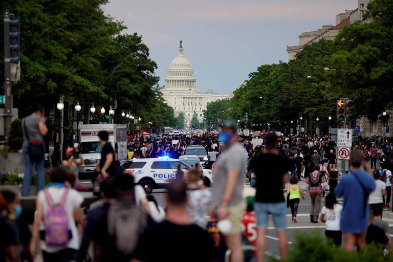 Manifestantes marcham em direção à Casa Branca durante protesto contra violência policial nos EUA