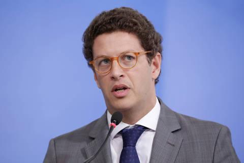 Parlamentares e ministros não acreditam em versão dada por Salles sobre post contra Maia