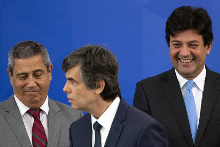À esquerda, o ministro da Casa Civil, Braga Neto; ao centro e à direita, os ex-ministros da Saúde, Nelson Teich e Luiz Mandetta