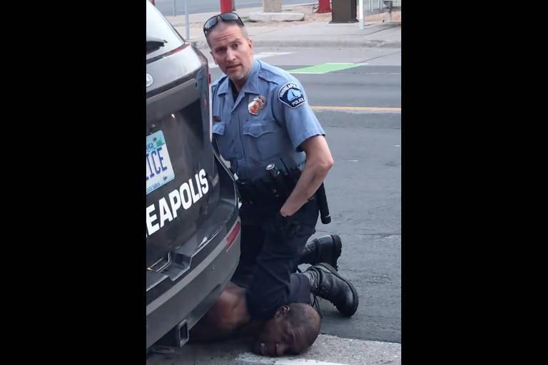 Imagem retirada de vídeo mostra policial com joelho sobre pescoço de George Floyd