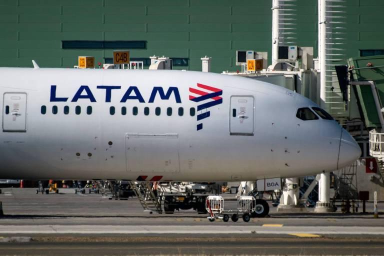 Avião da Latam estacionado no Aeroporto Internacional de Santiago, no Chile
