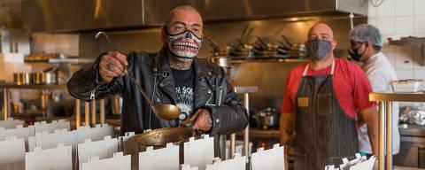 SÃO PAULO, SP, BRASIL, 27-05-2020 - CORONA VÍRUS CHEF FOGAÇA - O chef Henrique Fogaça, conhecido pelo MasterChef, está fazendo marmita em seu restaurante, Jamile, para distribuir para moradores de rua de São Paulo durante a pandemia. A entrega acontece ao lado do Theatro Municipal. (Foto: Ronny Santos/Folhapress, CIDADES)