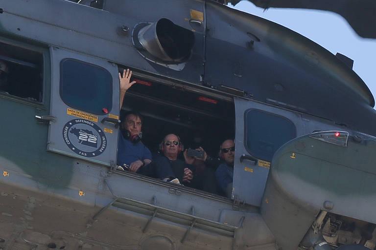 O presidente Jair Bolsonaro sobrevoa de helicóptero a praça dos três poderes durante uma manifestação em apoio ao governo