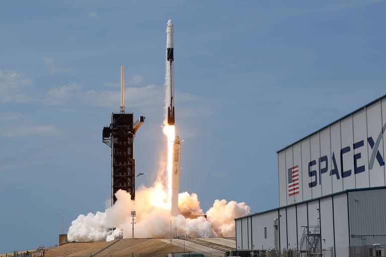 A Dragon Crew, da SpaceX, é lançada do Centro Espacial Kennedy, do Cabo Canaveral, na Flórida