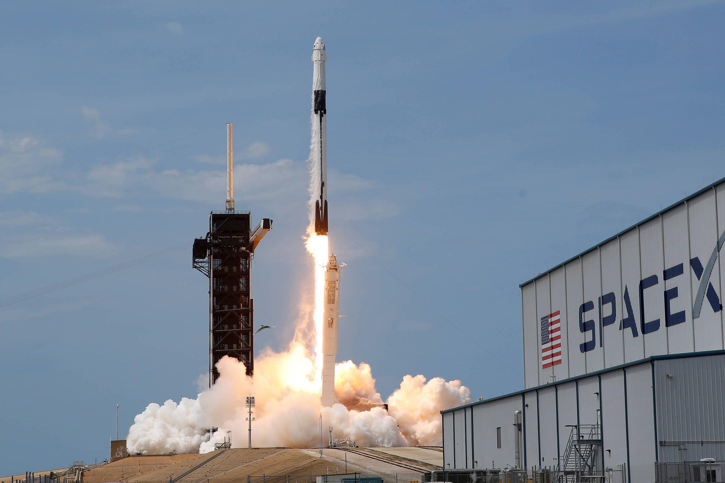 Nave da SpaceX chega a estação espacial
