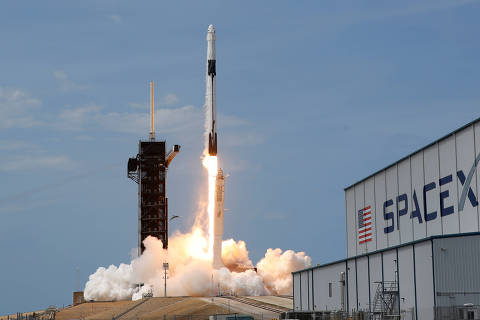 FILE PHOTO: A SpaceX Falcon 9 rocket and Crew Dragon spacecraft carrying NASA astronauts Douglas Hurley and Robert Behnken lifts off during NASA's SpaceX Demo-2 mission to the International Space Station from NASA's Kennedy Space Center in Cape Canaveral, Florida, U.S., May 30, 2020. REUTERS/Joe Skipper/File Photo ORG XMIT: FW1