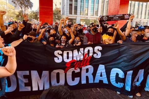 Ato de torcedores a favor da democracia acaba em confronto na Paulista