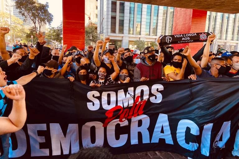 Gaviões da Fiel lidera ato com coletivo de torcidas de futebol pela democracia na avenida Paulista