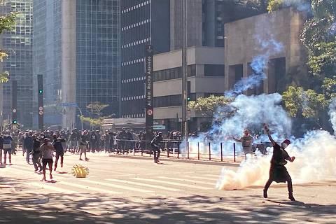 SAO PAUO,SP - 31/5/2020 - Coletivos de torcidas de futebol antifacistas e a Gaviões da Fiel realizam ato pela democracia na avenida Paulista.Polícia dispersa manifestantes na altura do Masp.  (Foto Marlene Bergamos/Folhapress)