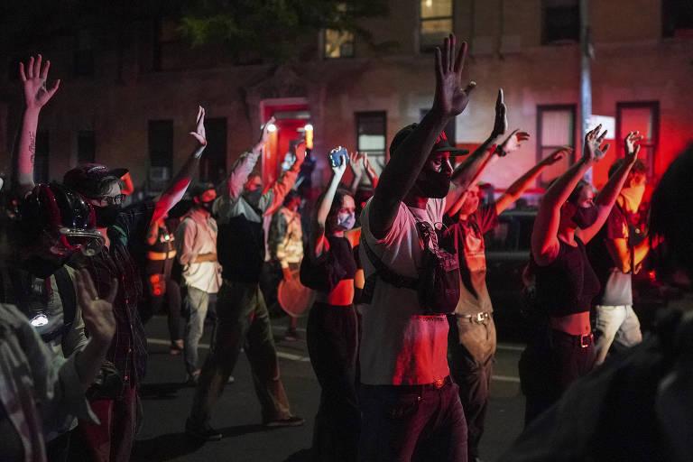 Manifestantes com as mãos para cima no Brooklyn, em Nova York