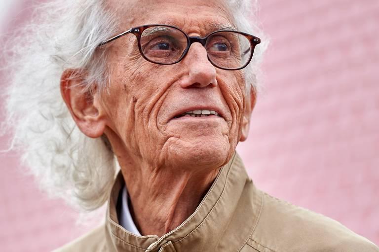homem idoso de óculos olhando para sua esquerda