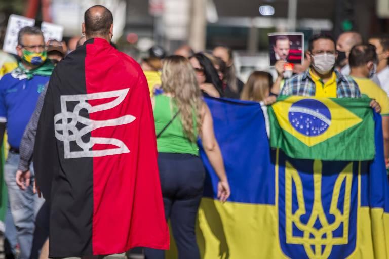 Manifestante carrega bandeira da Ucrânia (preta e vermelha) em ato pró-Bolsonaro na avenida Paulista, em São Paulo