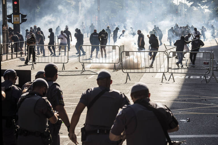 Polícia Militar e Tropa de Choque dispara bombas de gás lacrimogênio em manifestantes na Avenida Paulista, em 31 de maio