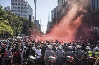 Policia Militar isola manifestantes  -para que nao se aproximem da FIESP onde grupo pro Governo  tambem se reunem- do coletivo de torcidas antifascistas durante ato contra governo Bolsonaro na Av Paulista em frente ao MASP