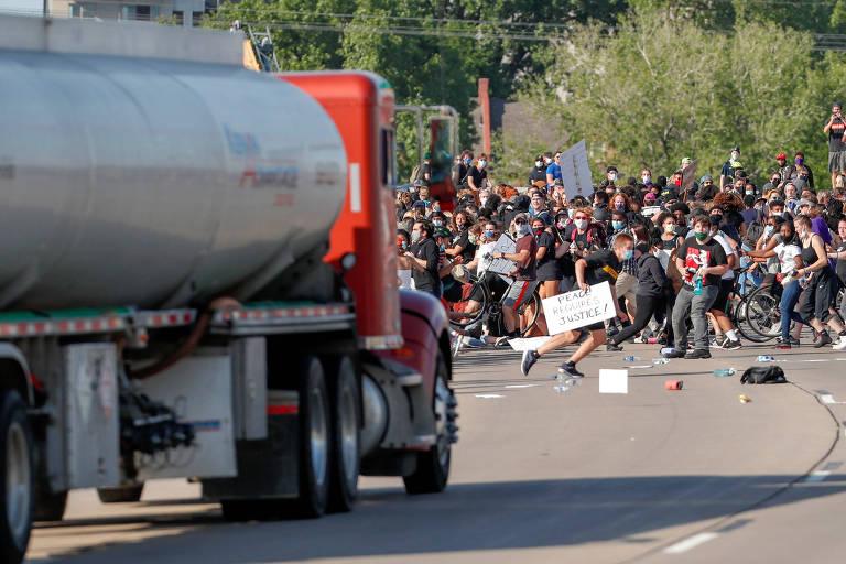 Caminhão-tanque avança sobre manifestantes em rodovia em Minneapolis, durante protesto antirracismo