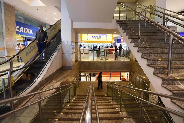 Shopping em Brasília no primeiro dia de reabertura na crise de Covid-19