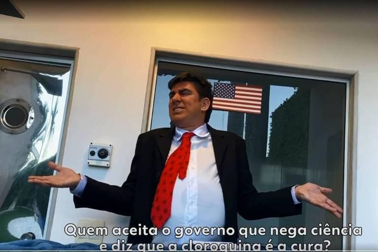 Marcelo Adnet na série Sinta-se Em Casa
