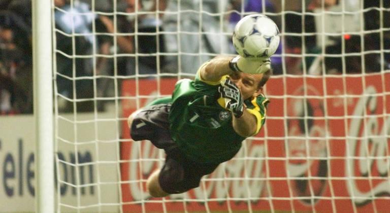 O goleiro Taffarel, da seleção brasileira, defende pênalti cobrado pelo holandês Cocu na Copa do Mundo de 1998, na França