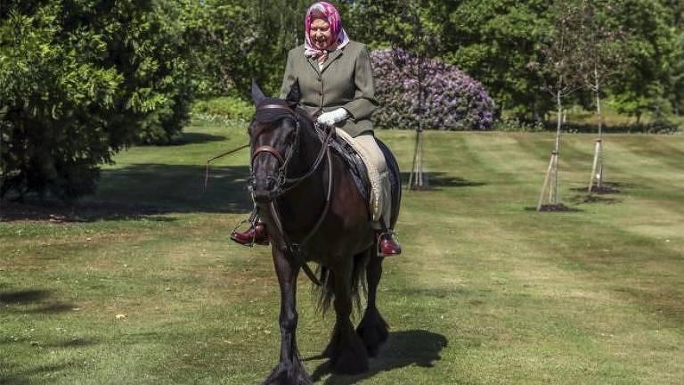 Rainha Elizabeth 2ª, do Reino Unido, cavalga no castelo de Windsor