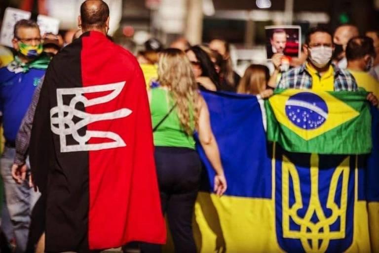 Alex Silva (de costas), com a bandeira do Pravy Sektor, movimento de extrema direita ucraniano, em ato na Paulista neste domingo (31)