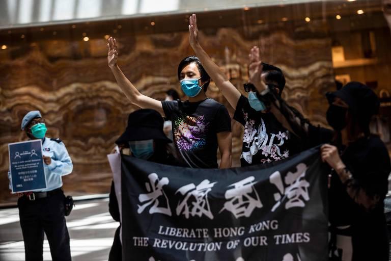 Manifestantes pró-democracia protestam em shopping em Central, distrito financeiro de Hong Kong