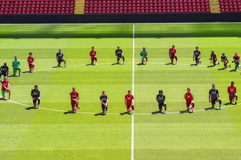 Jogadores do Liverpool se ajoelham no gramado de Anfield durante treino da equipe nesta segunda (1º) como forma de homenagear George Floyd e os protestos que ocorrem nos Estados Unidos