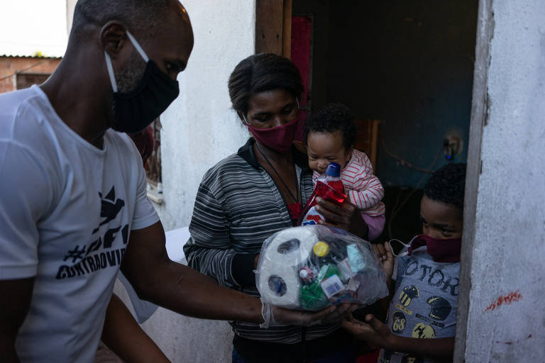 Favela isolada na zona oeste do Rio recebe doações durante a pandemia