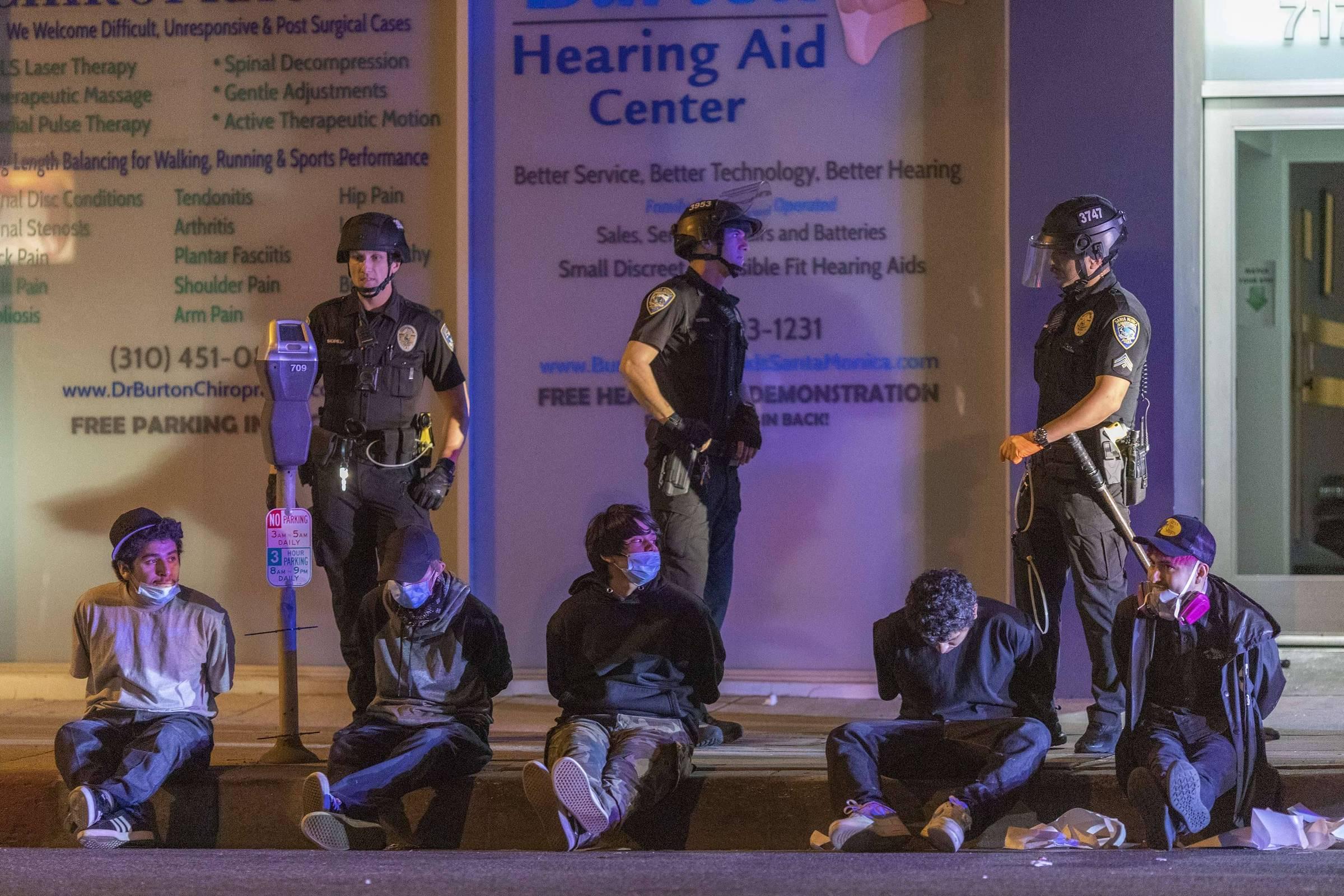 Governadores devem prender manifestantes ou vão parecer 'babacas', diz Trump