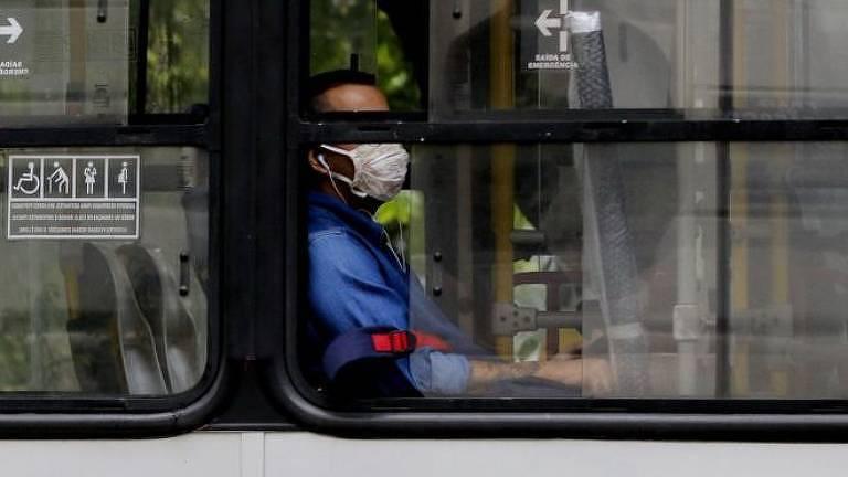Passageiro com máscara facial em ônibus